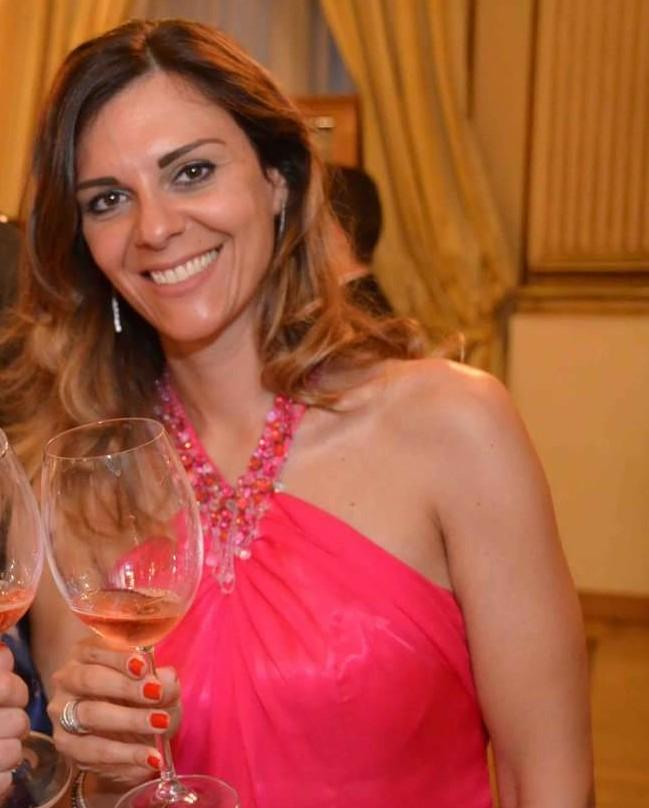 MArlina Nappi con calice di vino Marilina Rosè
