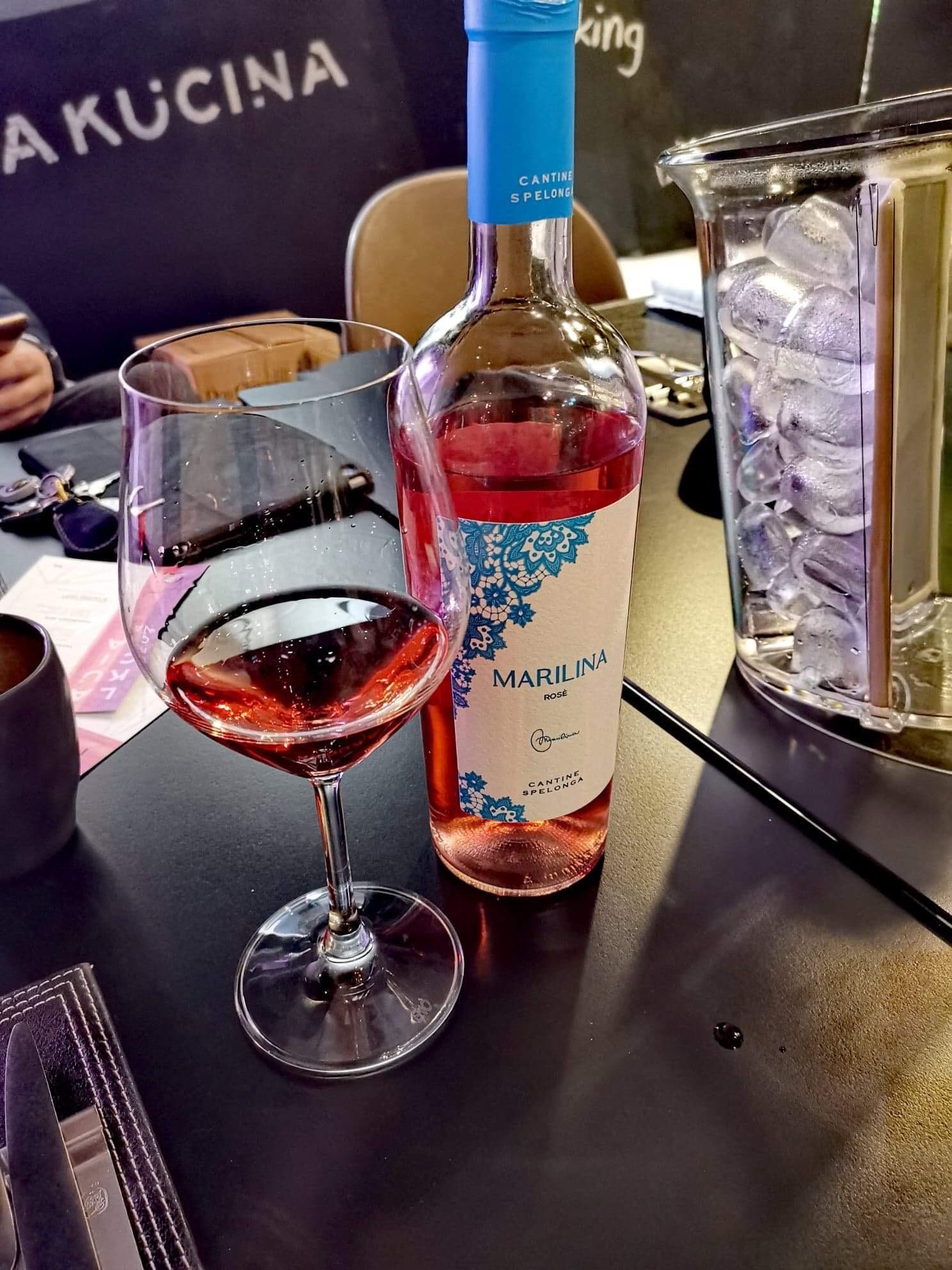 Bottiglia e calice di vino Marilina Rosè