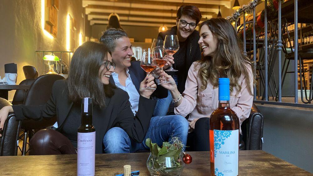 Gruppo di imprenditrici locali brindano con il Marilina Rosè